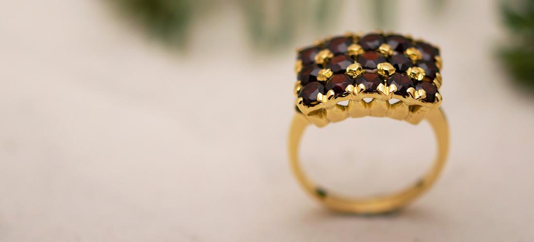 Granatring aus Gelbgold - wunderschönes Weihnachtsgeschenk für die Frau