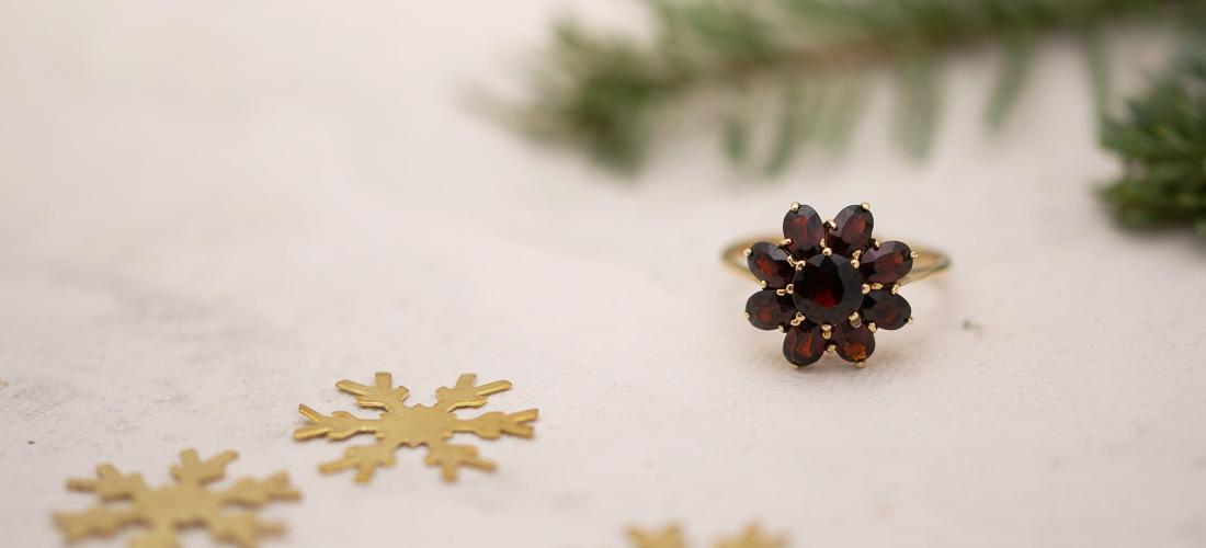 Ein perfektes Weihnachtsgeschenk für die Frau ist der wunderschöne Ring aus Gelbgold mit Granat