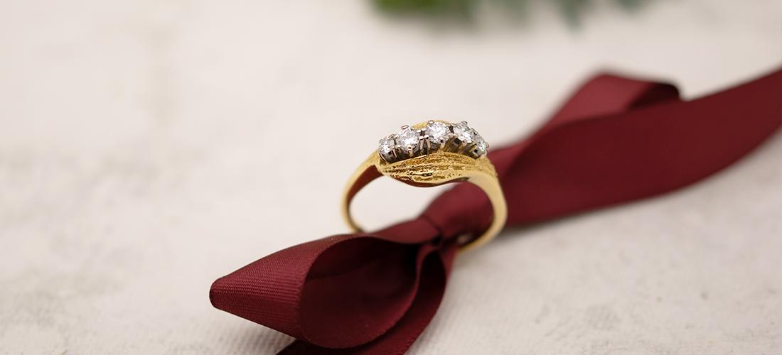 Ein perfektes Weihnachtsgeschenk für die Frau ist der wunderschöne Ring aus Gelbgold mit Brillanten
